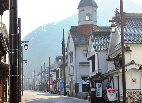 白壁の町並みから見える翁山