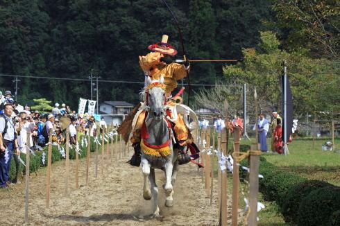 広島県内で唯一!安芸太田で流鏑馬神事(やぶさめ)、疾走する馬から矢を放つ