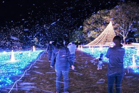 三原ポポロのクリスマスイルミネーション シャボン玉で雪の演出