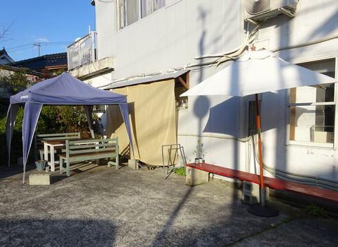 世羅 ベーカリー サヴァーレ(Ca va aller!)店の外のテーブル