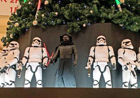 スターウォーズの ダースベイダーと、ストームトルーパーがクリスマスツリーに