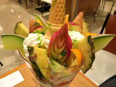 広島バスセンター 風車 ミラクルパフェのフルーツ