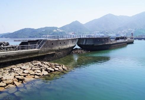 コンクリート船 武智丸、呉市に防波堤化した廃船のある風景