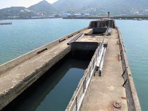 第2武智丸、海側に据え付けられたコンクリート船