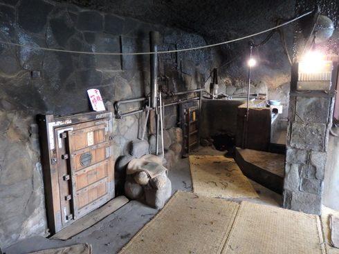 竹原の石風呂温泉、入り口の小さな扉