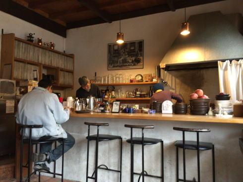 山奥のジャズカフェ、広島市湯来「ラ・カスエラ」のカウンター