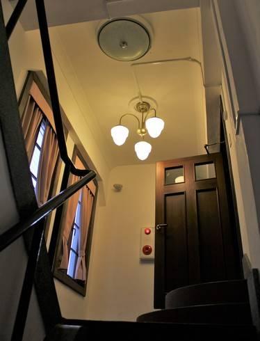 尾道商業会議所の階段で2階へ