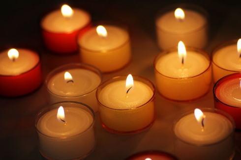 3.11キャンドル追悼イベント、広島平和公園 親水テラスで