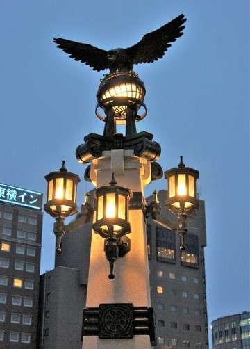 猿猴橋、地球儀の上で羽ばたく鷹の像