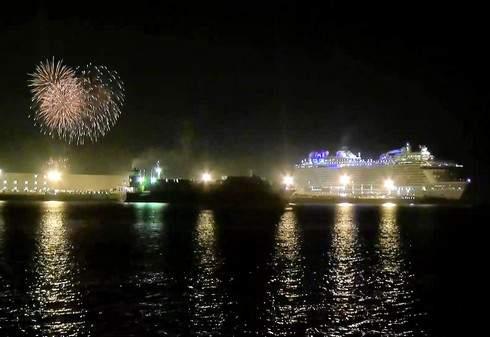 クァンタムオブザシーズの出港と花火の打ち上げ
