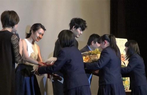モヒカン舞台挨拶で花束贈呈