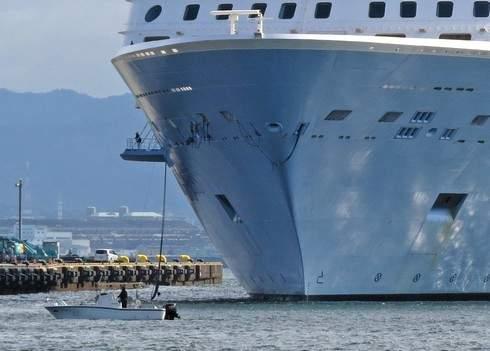 クァンタムオブザシーズ、入港を小船がサポート