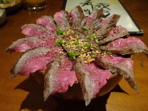 福山 肴蔵(さかぐら)でビフ丼、お椀いっぱいに咲いた肉のバラ