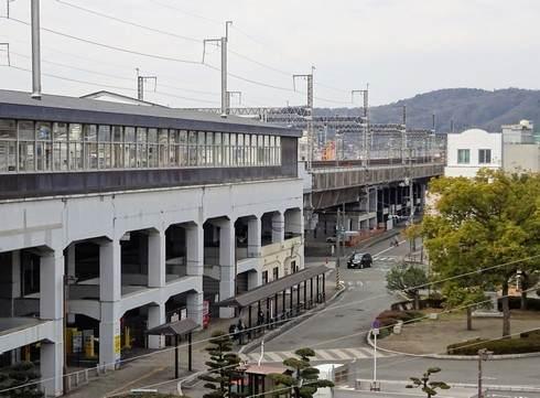 三原城跡からJR三原駅の駅前(北口)を眺めた様子