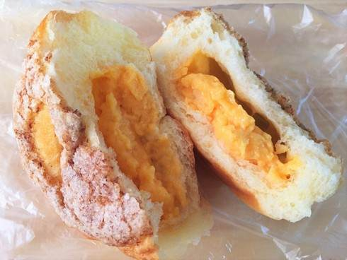 ペスカ 八木のパン屋さん 桃のクリームパンを割ったところ