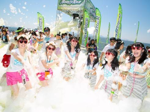 宮島でバブルラン、ゴール後には泡まみれの野外ライブ