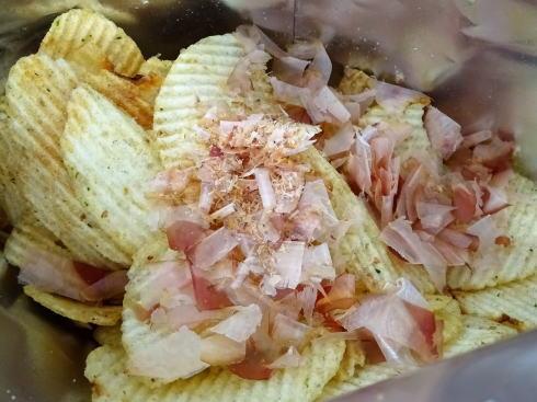 かけて食べる ポテトチップス お好み焼き味 花かつおをかけた