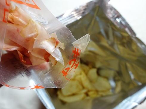 かけて食べる ポテトチップス お好み焼き味 花かつおをかける