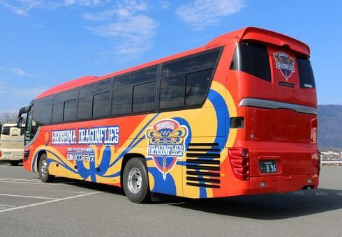 広島ドラゴンフライズ オレンジ色のチーム専用バス