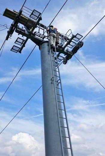 Zip-Swing(ジップスウィング)スキーリフトの支柱にのぼる
