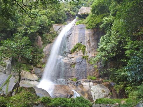 三原市 瀑雪の滝、涼風呼ぶ夏の元気充填スポット