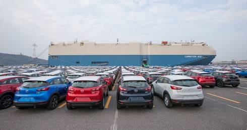 マツダの広島 宇品工場で出荷を待つ新車たち