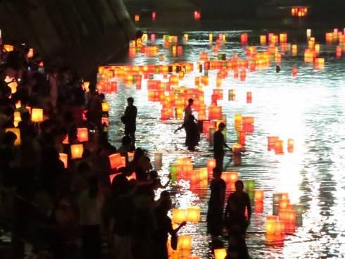 広島が祈りに包まれた1日、8月6日 とうろう流し