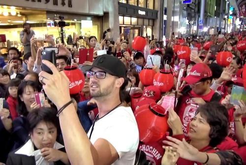 ジョンソンも乱入!ちょうちん行列、広島カープの優勝祝い真っ赤に染まる