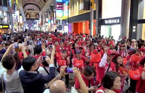 ちょうちん行列、広島カープの優勝祝い真っ赤に染まる