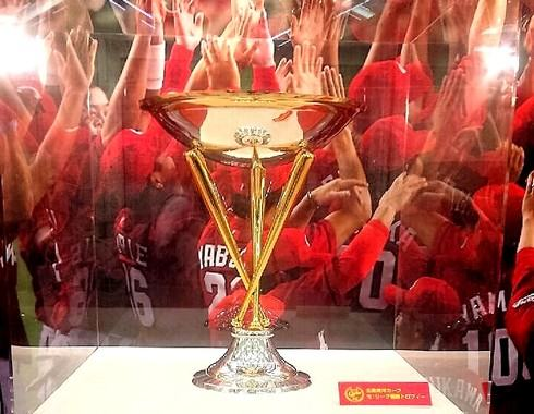 セリーグ優勝のトロフィーとペナント展示、広島カープの栄光再び