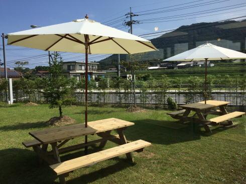 北広島 へんぽこ茶屋 休憩所の外にテラスもある