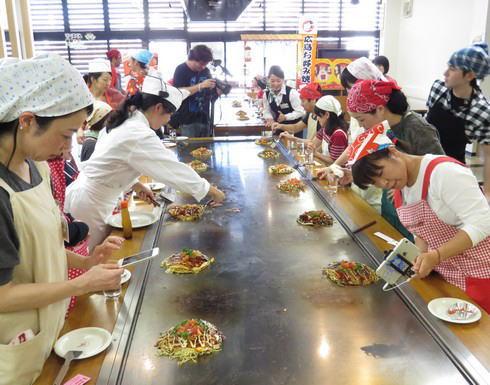 10月10日「お好み焼きの日」オタフクソースが広島で体験イベント