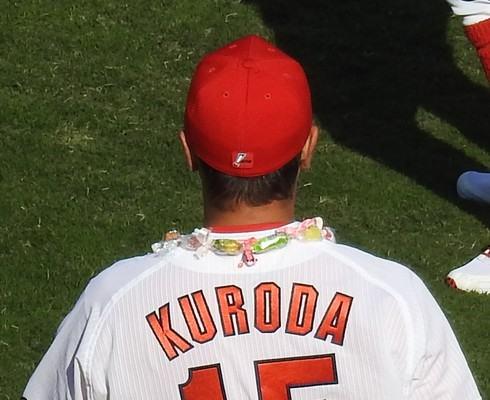 黒田投手にアメの首飾り、菊池選手から