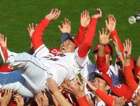 胴上げに満面の笑みを浮かべる、黒田博樹投手