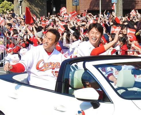 41年ぶり!広島カープ 優勝パレードに31万人が駆けつけ大声援!