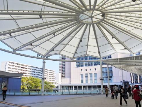 広島新北口 ペデストリアンデッキが完成、壁面に「カープ優勝への軌跡」も