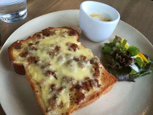 中林鶏肉専門店の肉そぼろを使った「にくだにぃのチーズトースト」
