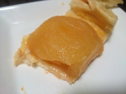 庄原・アラキベーカリーのアップルパイ 上のパイをめくってみた
