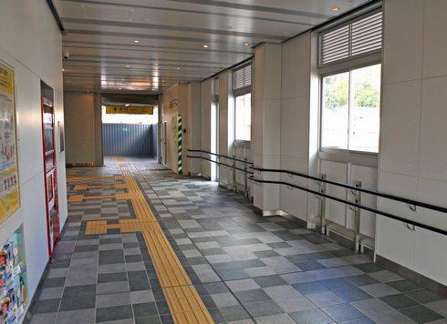 大野浦駅 自由通路を南側から見た様子