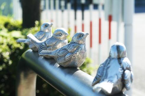 小鳥付き車止め「ピコリーノ」、江ノ電スズメは広島生まれだった!