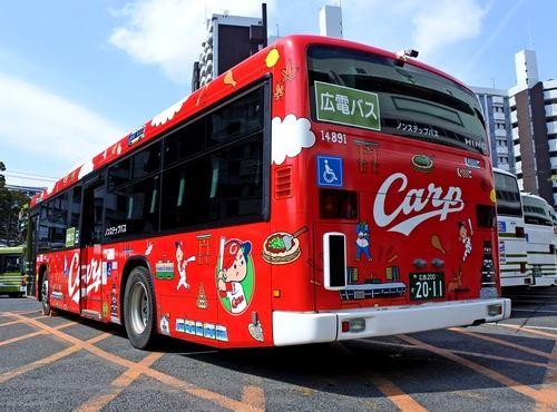 鮮やかな広島カープラッピングバスが運行開始、広電バスがカープデザインに
