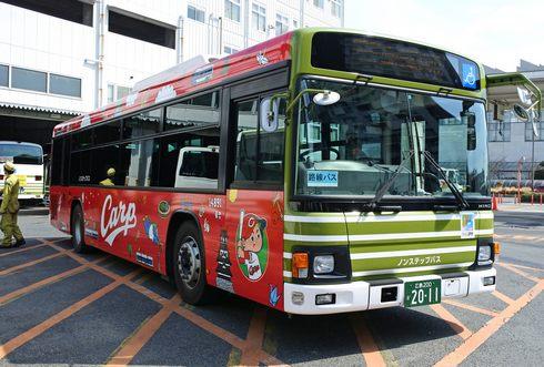 広島電鉄が広島カープラッピングバス