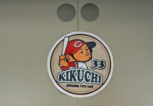 カープラッピングバス 広島電鉄、車内に選手のステッカー