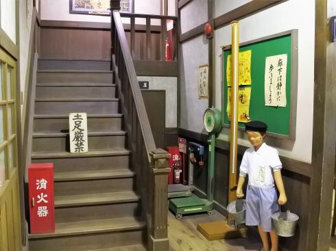 みろくの里「いつか来た道」学校の廊下
