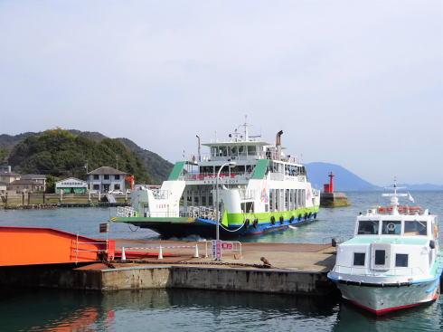 忠海港回漕店(待合所) から見るフェリー