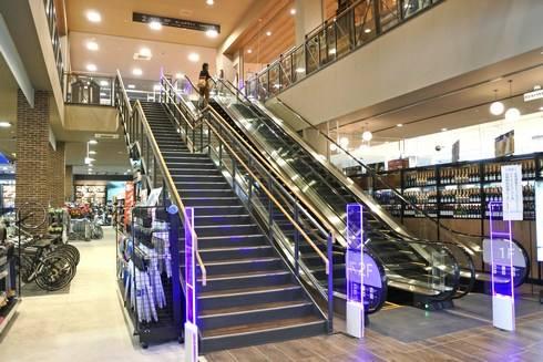階段でカインズ2Fへ
