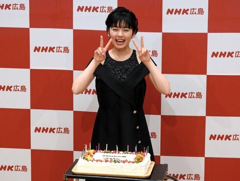 小芝風花さん、20歳のお祝いに笑顔