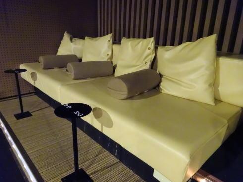 福山駅前シネマモード バルコニー席のソファ写真