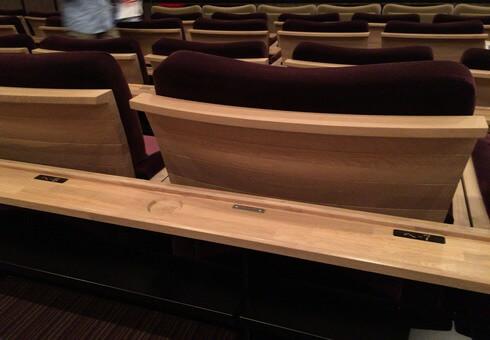 八丁座の座席前には、カウンターテーブル