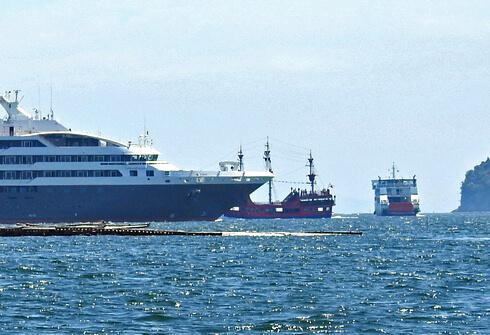海賊船「海王」、ロストラルとすれ違う